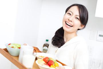 食事を運ぶ女性