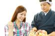 笑顔のOLと寿司職人