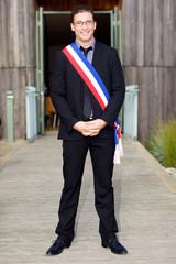 jeune maire ou élu avec écharpe tricolore