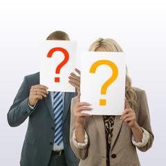 Mann und Frau mit  Blatt und Fragezeichen