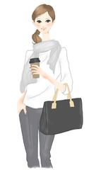 コーヒーを持って通勤する女性