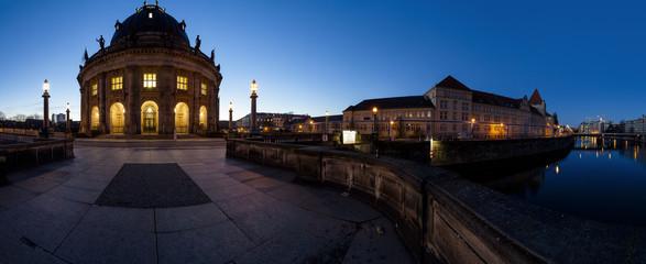 Bode-Museum in Berlin am frühen Morgen als Panoramafoto