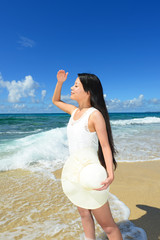 沖縄のビーチで寛ぐ女性