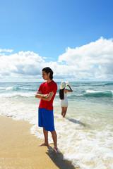 沖縄のビーチで寛ぐカップル
