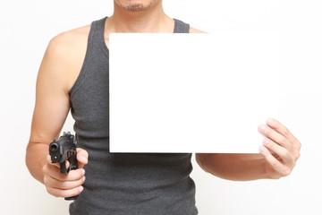 銃で脅迫する男