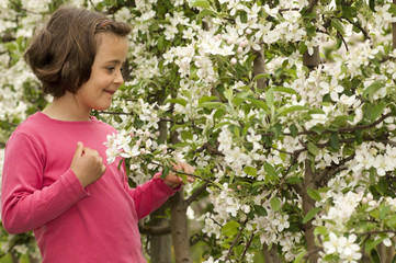 Mädchen in Apfelblüte