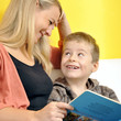 Mutter und Kind lesen Kinderbuch