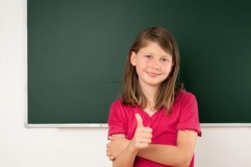 Schülerin hält Daumen hoch