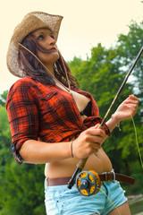 Junge Frau beim Fliegenfischen