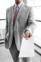 Uomo d'affari che consegna una busta da lettera