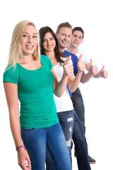 Gruppe junger Menschen mit Daumen hoch isoliert lachend