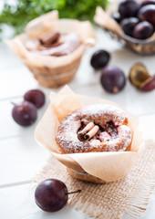 muffins und frische pflaumen