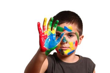 bambino con mano colorata