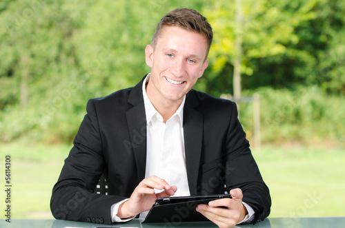 erfolgreicher berater mit touchpad
