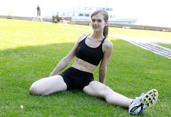 Jeune femme réalisant des étirements après son footing