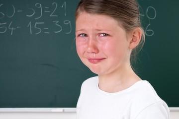 Kind weint in Schule