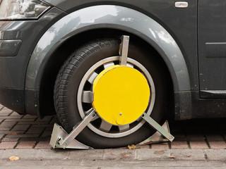 Ein Auto wird mit einer Parkkralle blockiert