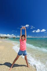 海辺で寛ぐ笑顔の女の子