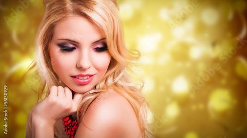 junge blonde Frau vor Silvesterhintergrund