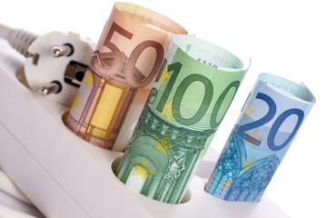 Steckdose mit Geldscheinen