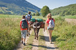 Randonnée en famille avec un âne
