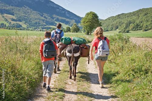 Foto Spatwand Ezel Randonnée en famille avec un âne