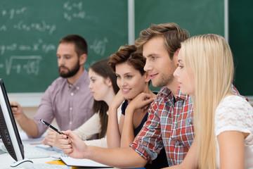 studenten arbeiten am computer