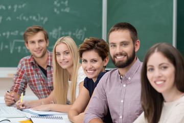 lächelnde studenten in der uni