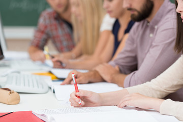 studenten arbeiten konzentriert in der vorlesung