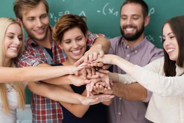 lachende studenten halten hände zusammen