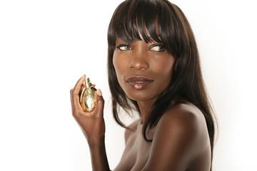 Hübsche Frau mit Parfüm