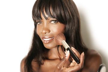 Hübsche Frau schminkt sich