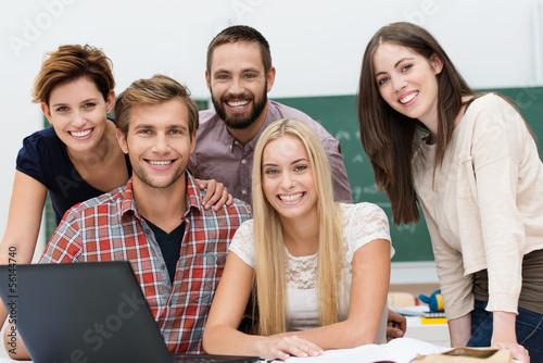 lachende studenten mit laptop im seminar