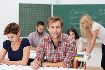 lächelnder student im seminar
