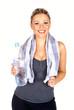 Frau nach Fitnesstraining mit Wasserflasche in der Hand