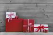 Weihnachtskarte rot mit Weihnachtsgeschenk und Holz
