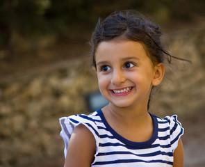 bambina allegra e felice