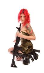 Rothaarige Frau mit Uniform und Gewehr
