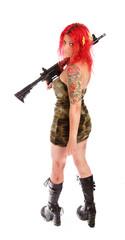 Rothaarige Frau in Sexy Uniform mit Gewehr