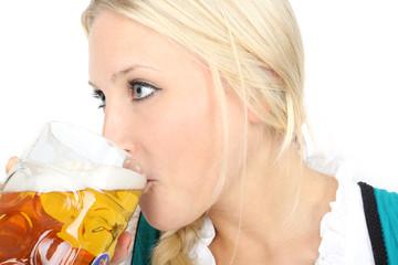 Durstige junge Frau
