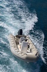 Unbemanntes Motorboot im Kielwasser