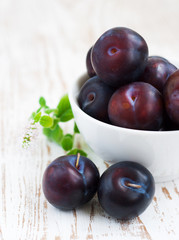 Blue plums in a bowl