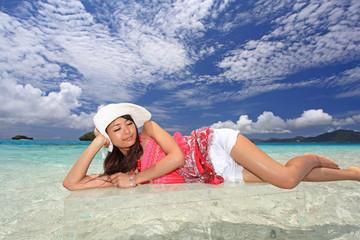 ビーチで寛ぐ女性