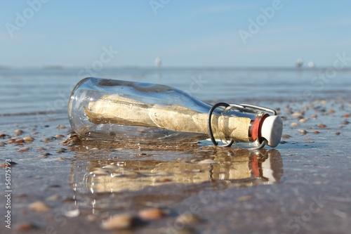 Flaschenpost am Strand - 56175793