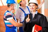 Baurecht - Anwalt kontrolliert Baustelle auf Mängel