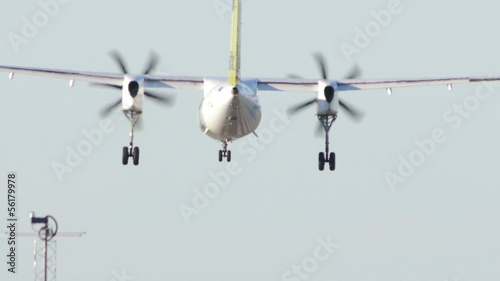HD - Turboprop aircraft landing