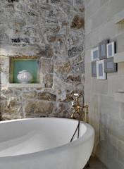 vasca da bagno in un bagno rustico