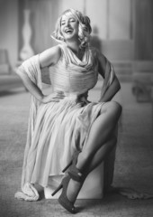 Marilyn sitting / black&white 03