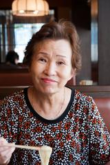 うどんを食べる高齢の女性