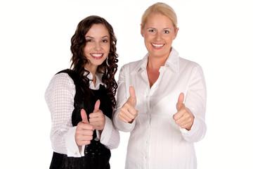 Zwei junge Frauen zeigen mit dem Daumen nach oben